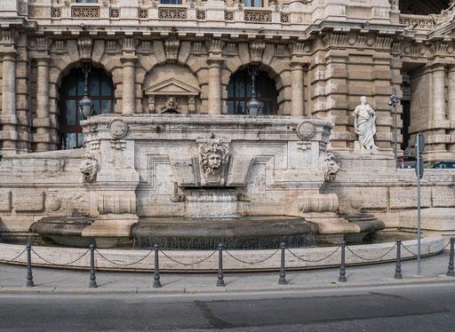 Brunnen am Eingang zum Justizpalast