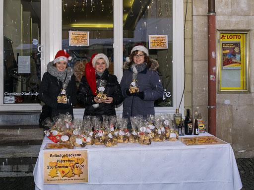 Stolz zeigen die Weinprinzessinnen ihre selbst gebackenen Weihnachtsplätzchen. Der gesamte Erlös der Verkaufsaktion wird den Klinik-Clowns gespendet.  An der kleinen Bar  konnten sich Weihnachtsmänner mit hochprozentigem Kraftstoff versorgen.