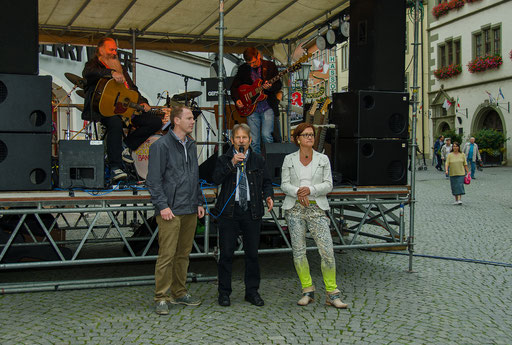 flankiert von Claudia Biebl (Stadtmarketing) und Bürgermeister Stefan Güntner begrüßt Walter Vierrether (Leiter Tourist-Info) auf dem Marktplatz die Besucher