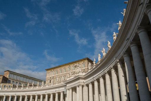 Der Kollonadenring mit den 3,2 m hohen Statuen auf dem Dachrand