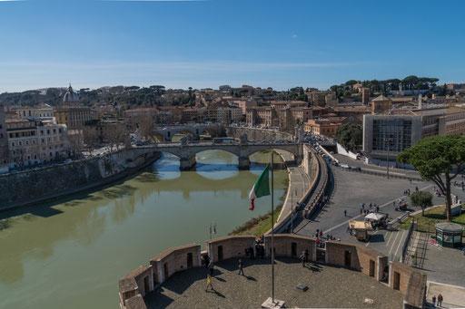 """Blick über die untere Terasse zum Tiber und zur """"König Vittorio Emanuele II"""" Brücke"""