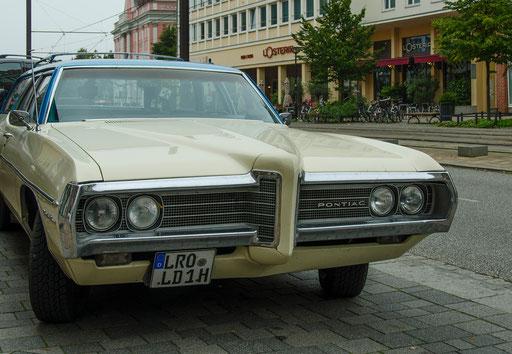 Pontiac. US-Amerikanischer Straßenkreuzer-Oldtimer am Rostocker Marktplatz
