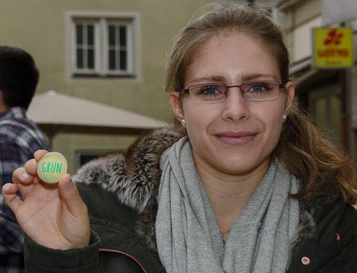 Frau Östheimer vom Tourist-Info präsentiert den kostenlosen Button