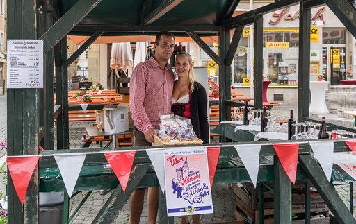 """Timo und Lisa im Verkaufsstand von """"Carmens Stadtcafe"""""""