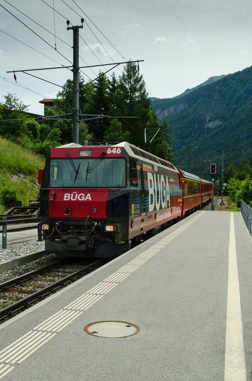 Der Glacier Express fährt in den Bahnhof Tiefencastel ein