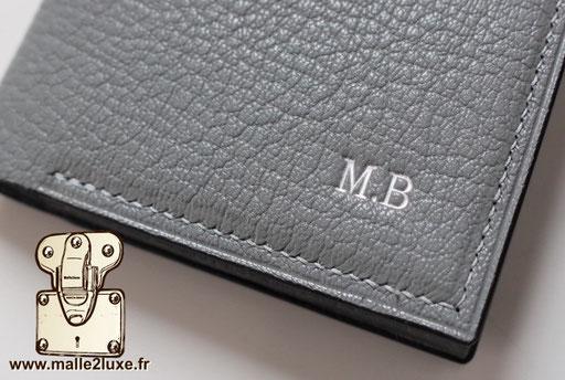 Personnalisation argent initiale sur mesure haute joaillerie sur cuir Breteuil