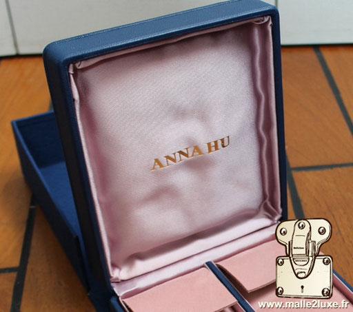Personnalisation sur satin duchesse avec votre logo dans l'intérieur de l'écrin Anna Hu haute joaillerie