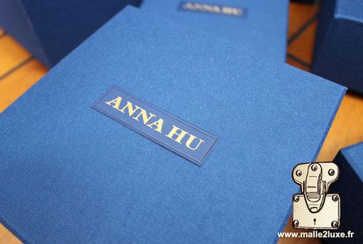 Sur boite carton, étiquette cuir d'agneau personnalisation Anna Hu haute joaillerie