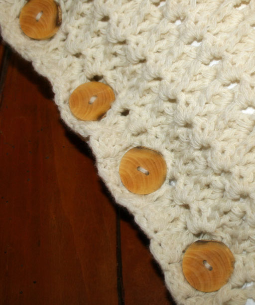 Cousin au crochet et boutons Buis d'Alsace ( Therèse)