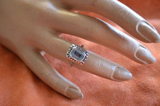 Art Deco Ring aus 925 Silber und großem Glasstein. Preis: 15,00 €