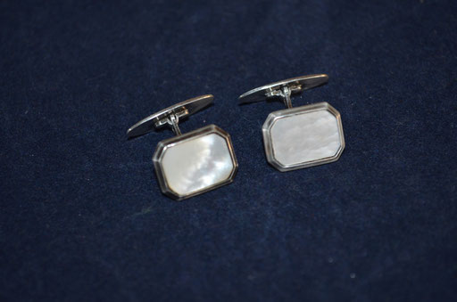 Art Deco Manschettenknöpfe aus 835 Silber mit Perlmutt Platte. Preis: 25,00 €