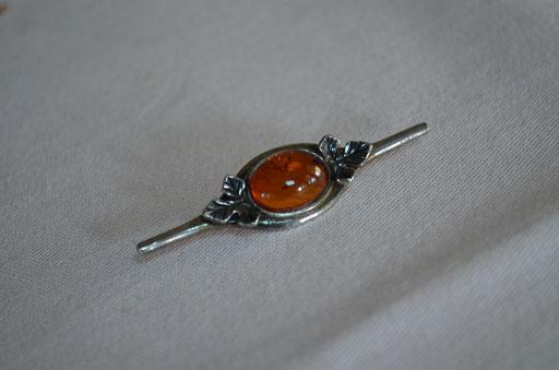 925 Silber Brosche mit Bernstein mit kleinen Einschlüssen. Etwa 1950er Jahre. Unisex Stück. Kann auch als Krawattennadel getragen werden. Preis: 19,90 €
