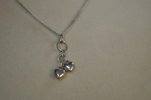 835 Silberkette mit Herzchen Anhänger. 40 cm Kettenlänge, Gesamtgewicht 3,71 g. Preis: 15,00 €