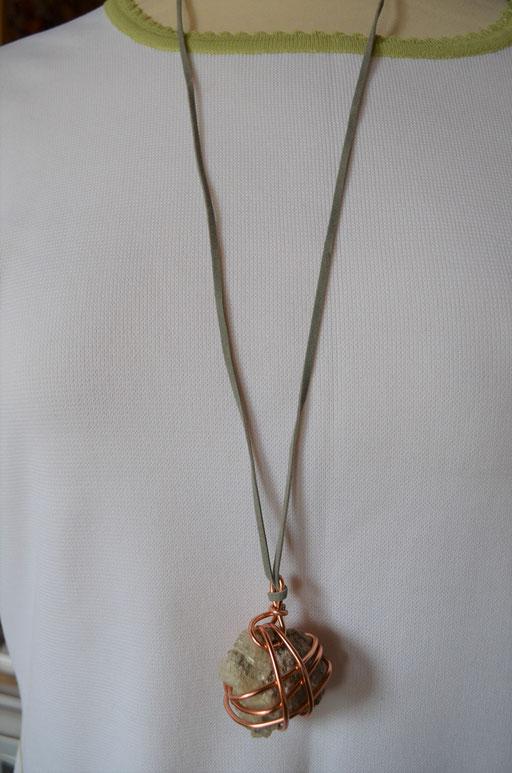 handarbeit, designt by Zeitzeugen-Manufactur. Unikat mit Bindeband. Naturstein mit angewachsenem Bergkristall. 10,00 €