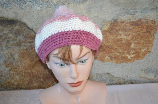 Baskenmütze in verschiedenen Rosatönen mit Fake Fur Bommel. Design und Arbeit bei Zeitzeugen-Manufactur. Preis: 12,00 €