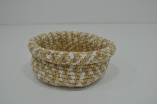Utensilo aus Acrylgarn. Design und Handmade by Zeitzeugen-Manufactur. Preis: 4,80 €