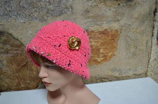 Hut, Cloche in pink mit bunten Sprenkeln und goldenen, großen Knopf. Chenillegarn. Handmade und Design by Zeitzeugen-Manufactur. Preis: 15,00 €