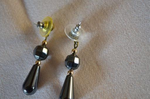Hämatit Modeschmuck Ohrringe in Tropfenform aus den 1970er Jahren. Preis: 2,50 €