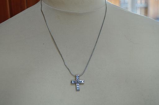 Schlangenkette mit Kreuz Anhänger, 925 Silber mit Kristallsteinen in hellblau. Preis: 19,90 €