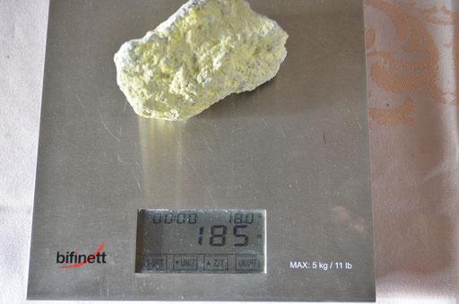 Stein mit pulverisierten Schwefel Anhaftungen. Preis: 6,00 €