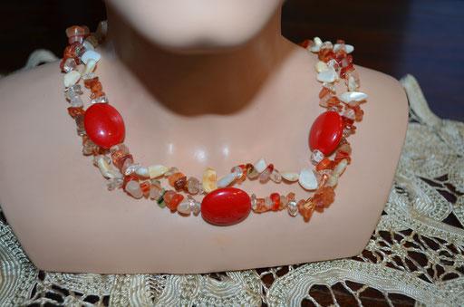 Doppelreihige Kette mit Stein Splittern, Muscheln und Kunststoff Perlen. Preis: 8,00 €