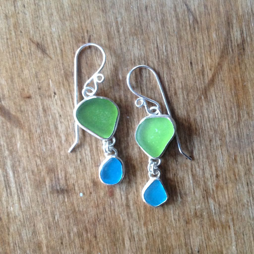 Turn up the voltage with this set of dangler earrings. Electric green meets electric blue!