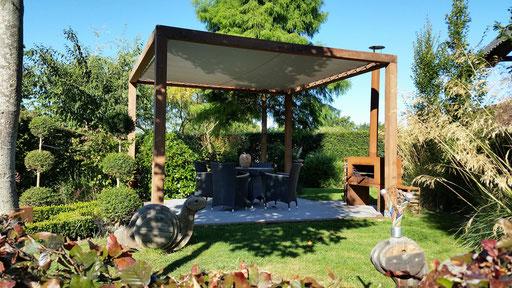 la terrasse et pergola contemporaine, foyer d'exterieur en acier corten