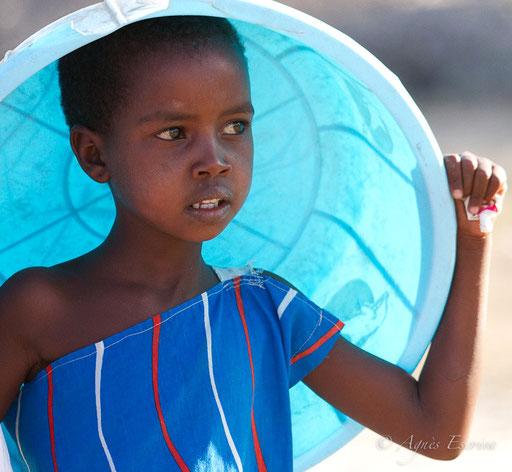 Petite fille masaï et sa bassine