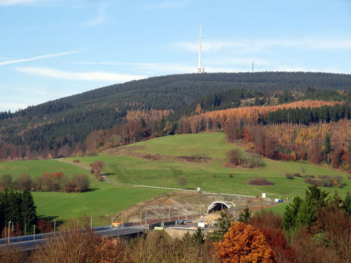 Bleßberg (868 m NHN) und Südportal Bleßbergtunnel ICE