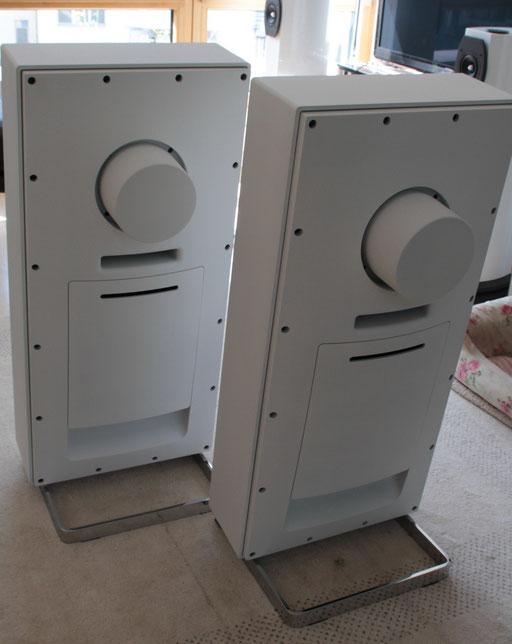 der aufwendige Elektronikeinschub sitzt hinten optisch verdeckt, die Anschlußkabel werden von unten eingesteckt