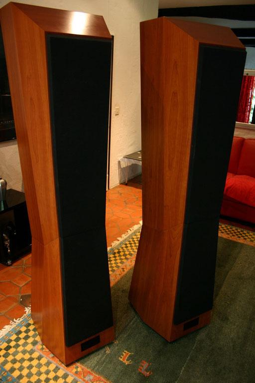 BM30: Phänomenale Tiefbassfähigkeit, unglaubliche Impulstreue und Offenheit zeichnen diesen traumhaft schönen Lautsprecher aus. Ein Riese, der geradezu zierlich wirkt.  Für Hörer, die grundsätzlich keine Kompromisse mehr eingehen!