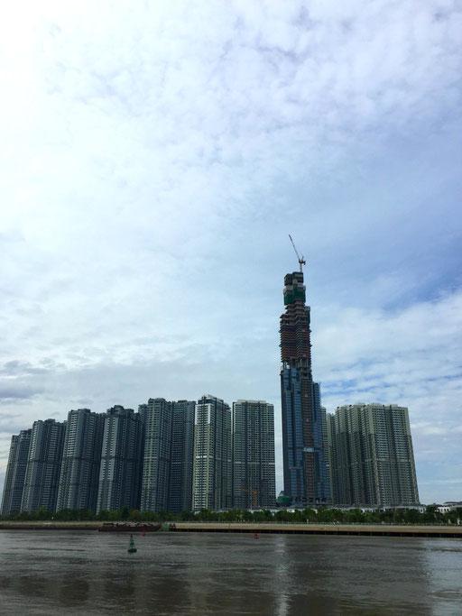Cette tour qui est en construction, sera la plus grande du Vietnam et dépassera Bitexco Tower (photo du 21/12/17)