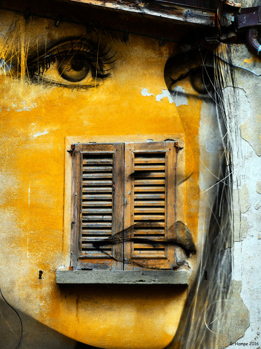 The yellow face with the old window