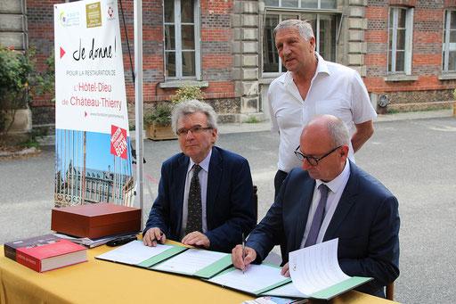 De gauche à droite : Christian Ferté, délégué régional Picardie de la Fondation du Patrimoine et Etienne Haÿ, président de la CARCT ont signé conjointement la convention de souscription.