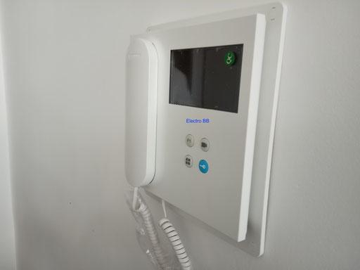 Detalle de monitor de videoportero Fermax sobre pared blanca