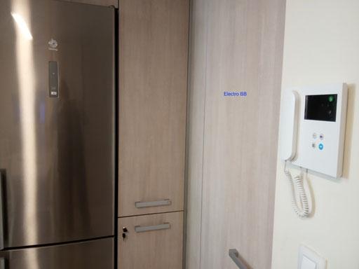Detalle de monitor de videoportero Fermax en una cocina moderna estilo industrial