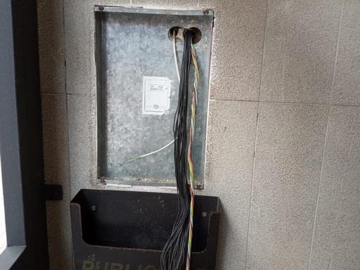Detalle de cableado de portero automático antigo