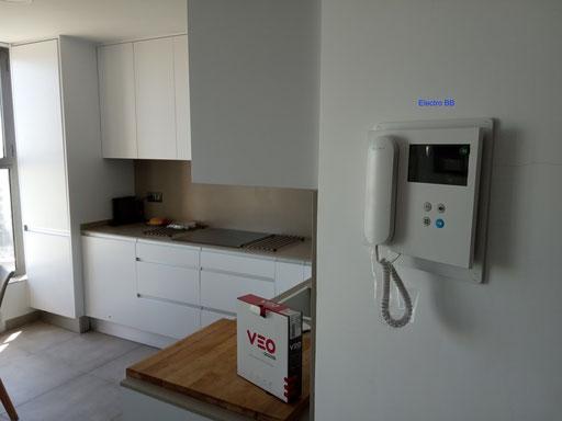 Detalle de monitor de videoportero fermax en una cocina moderna