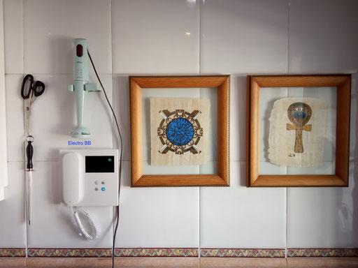 Detalle de monitor de videoportero Fermax junto a decoración de cocina