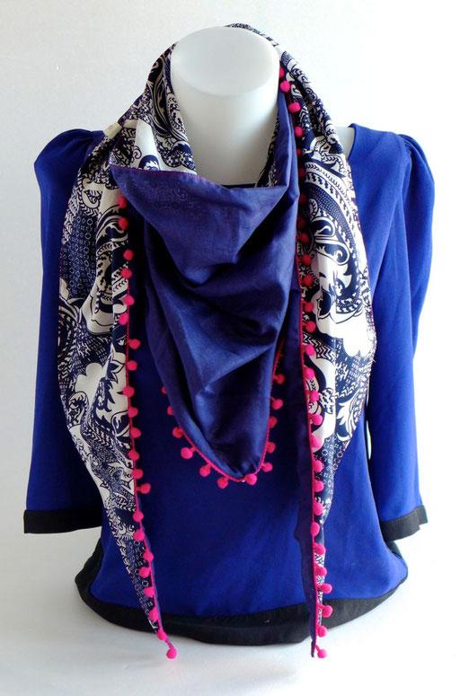 Foulard triangle graphique bleu marine et blanc, pompons roses | Une Embellie