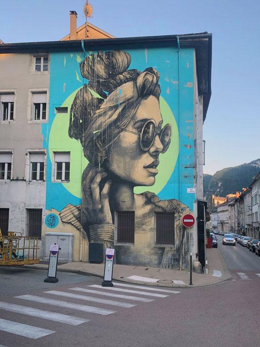 """<alt=""""graffmatt artiste peintre muraliste professionnel français chambéry savoie haute-savoie streetart graffiti mur extérieur portrait femme nantua ain festival streetart woua'art"""">"""