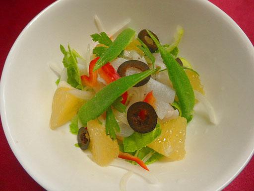 #白イカとグレープフルーツサラダ  #白イカは湯にサッとくぐらせ #オクラ #野菜他 #グレープフルーツと一緒に盛り付け #オリーブオイルと塩コショウをふりかける