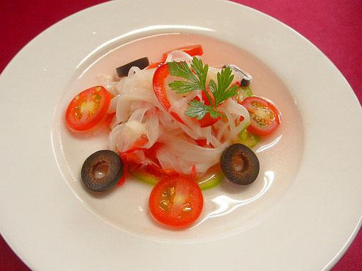 #マイカのマリネ生姜風味 #マイカを湯引きしてタマネギ #パプリカ #レモン #紅酢 #オリーブオイルと混ぜ合わせます