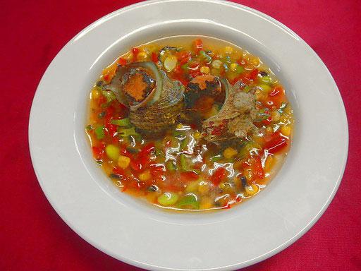 #サザエのまるごとスープ #鍋でサザエを水から煮てサザエを取り出す #さいの目に切ったパプリカ #ズッキーニ #タマネギをこのだし汁の中に入れ #塩 #酒 #薄口醤油で味を調え #片栗粉でトロミをつける #器にサザエを入れこの野菜あんをかけて仕上げる