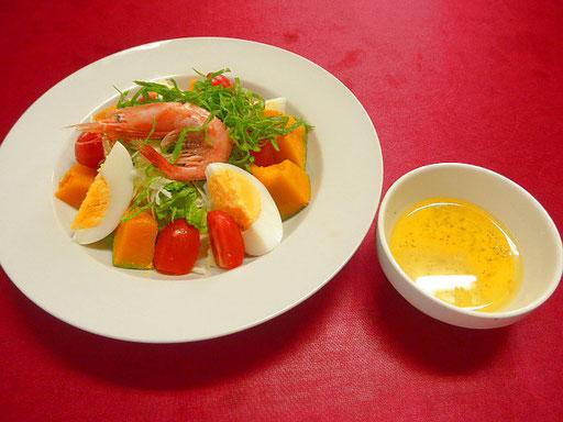 #夏野菜サラダ&からしドレッシング #キュウリ #キャベツ #ツルムラサキ #トマト #カボチャ #ゆで卵 #アカエビなどを用い #からしドレッシングで和えて作ったサラダ