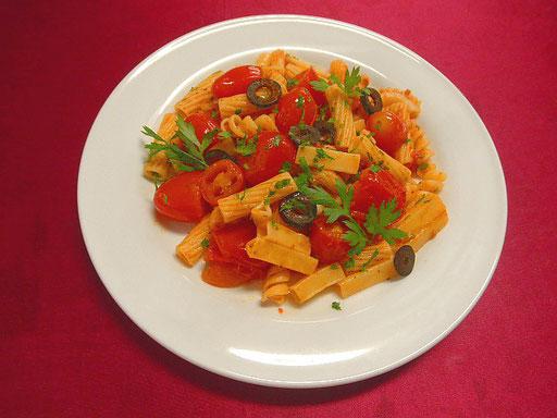 #いろいろトマトパスタ #パスタを湯がきます #フライパンにオリーブオイル #ニンニク #トウガラシ #トマトを入れ炒め #塩コショウで味を調え先ほどのパスタを入れます #イタリアンパセリ #オリーブを散らします