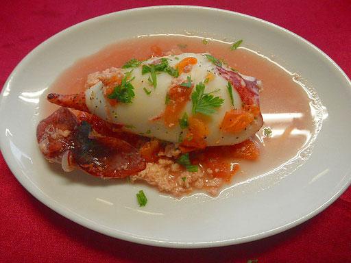 #イタリア風マイカのゲソ詰め #マイカの胴体にゲソ #パセリ #パン粉 #ニンニク粉 #チーズ #塩コショウを入れ #つまようじで口を止める #シリコンスチーマーで5分加熱する #器に調理済マイカを盛り #加熱汁に白ワイン #パセリ #トマトを入れ1分加熱し #マイカの上にこのスープをかける