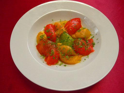 #パプリカのペペロンチーノ #3種のパプリカにオリーブオイルをくぐらせ #焼いて皮をむいて #バルサミコ酢 #塩 #レモンで味を調えパプリカにかけます #パセリでアレンジ