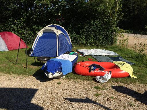 Am letzten Tag mussten wir alles abbauen.Das Camping war ein riesiger Erfolg. Hier sieht man unsere Zelte und Boote beim trocknen. Nach dem einladen ins Auto fuhren wir mit guter Laune zurück ins Tal.