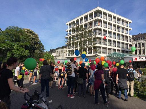 Der Empfang. Wir verteilten gemeinsam die Luftballons und bereiteten das Programm vor.
